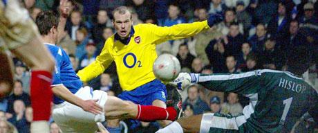Fredrik Ljungberg sørget for to av målene da Arsenal vant hele 5-1 over Portsmouth. Foto: REUTERS/Mike Finn-Kelcey