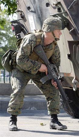 En amerikansk soldat tar oppstilling etter at det ble skutt mot demonstrater i Port-Au-Prince i kveld. (Foto: AFP/Scanpix)