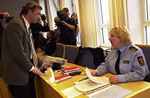 Politiadvokat Monica Hanø i samtale med siktedes forsvarer, Frode Sulland, under fengslingsmøtet. Foto: Jarl Fr. Erichsen/Scanpix