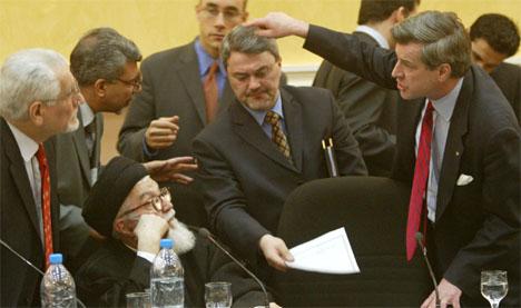 USAs sivile administrator Paul Bremer sammen med noen av medlemmene i styringsrådet i dag. (Foto: Reuters/Scanpix)