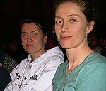 Søstrene Mai og Siw backer Mette både før og under kampen. Foto: NRK