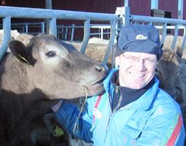Kjøttprodusent Erlend Røhnebæk sammen med en av sine dyr.