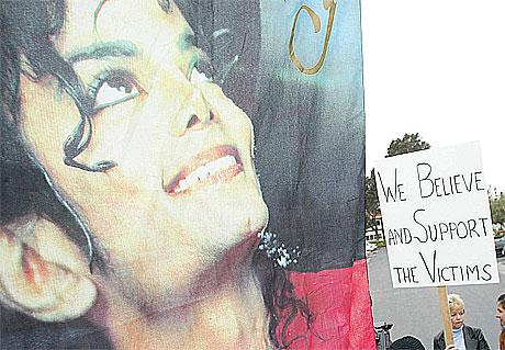 Ofre for seksuelt misbruk viser sin støtte til 13-åringen som har tiltalt Michael Jackson for seksuelle overgrep, utenfor rettsalen i Santa Barbara, California. Foto: Robyn Beck, AFP.