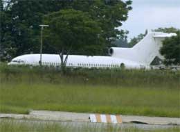 Det mystiske Boeing 727-flyet står på flyplassen i Harare i Zimbabwe. (Foto: AP/Scanpix)