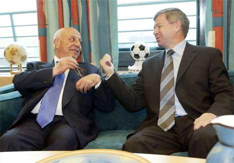 Ahmed Qurie og Kjell Magne Bondevik i ein avslappa positur på Bondevik sitt kontor. (Foto: Tor Richardsen/Scanpix)