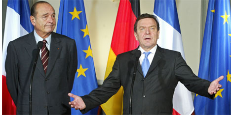 Tysklands forbundskansler Gerhard Schröder vil ha nytt liv i forhandlingene om ny EU-grunnlov. Her i selskap med Frankrikes president Jacques Chirac. (Arkivfoto: AFP/Scanpix)