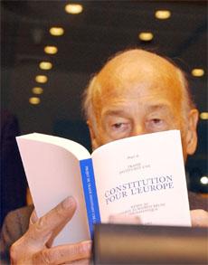 Valery Giscard d'Estaing studerer sitt forslag til EU-grunnlov. (Arkivfoto: AP/Scanpix)