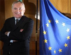 Irlands statsminister Bertie Ahern, som nå har formannskapet i EU. bedriver hektisk diplomati for å lose i land EU-grunnloven. (Foto: Reuters/Scanpix)