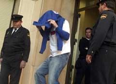En av Leicester-spillerne på vei ut av politistasjonen i Cartagena sist fredag. (Foto: AP/Scanpix)