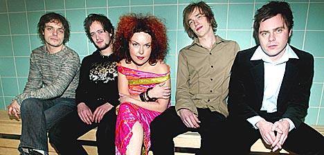 Dadafon fikk Spellemannprisen for musikkåret 2002. F.v.: Øyvind Engen, Eirik Øyen, Kristin Asbjørnsen, Kenneth Kapstad og Jostein Ansnes. Foto: Morten Holm / SCANPIX.