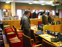 15-20 tjukke permer med dokumenter i Aluscansaken. Foto: Gunnar Sandvik
