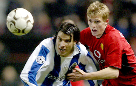 Portos Nuno Valente kommer forbi Uniteds Darren Fletcher (Foto: Reuters)