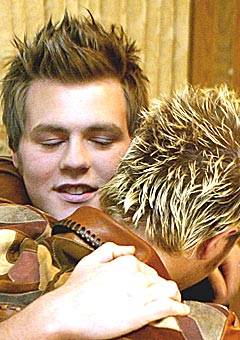 McFadden får en klem av Nicky Byrne etter å ha bekjentgjort at han gir seg i Westlife. Foto: Paul McErlane, Reuters.