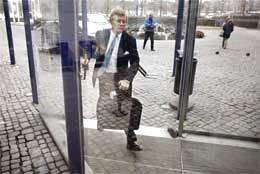 En travel nestleder Jacob Wallenberg (bildet) ankom styremøtet i SAS i Stockholm i ettermiddag. (foto: Scanpix)