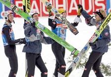 Roar Ljøkelsøy, Sigurd Pettersen, Tommy Ingebrigtsen og Bjørn Einar Romøren jubler etter lagseieren i skiflygings-VM. (Foto: Reuters)