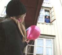 Nå er ballongen klar til å slippes. Og hva skjer? (Foto: NRK)