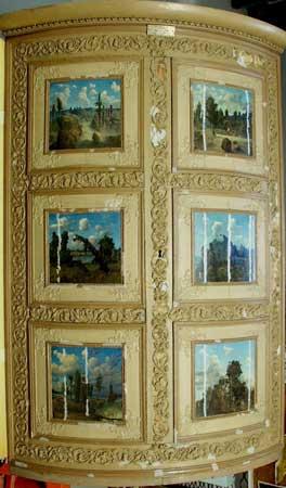 Hjørneskap med seks dekorerte felter. Feltet øverst er signert LH 1866. Hvert felt er 19 x 20 cm. Gave fra Petra Aanesen.