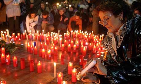 Tusenvis av spanjoler tenner lys i en vake for bombeofrene. Foto: Reuters/Alberg Gea