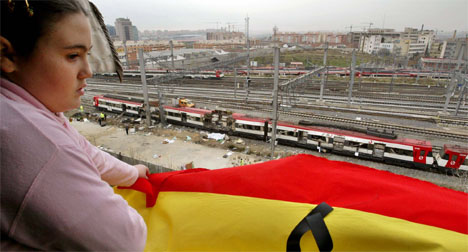 12 år gamle Elena står i familiens leilighet og ser ut over Atocha jernbanestasjon, som ble hardt rammet i terroraksjonen. (Foto: AP/Scanpix)