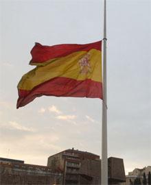 Spania flagger på halv stang etter den verste terroraksjonen i landet i nyere tid. (Foto: AP/Scanpix)