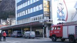 Politet sperret av store områder rundt bensinstasjonen på grunn av eksplosjonsfaren. Foto: Turi Grønbech, NRK.