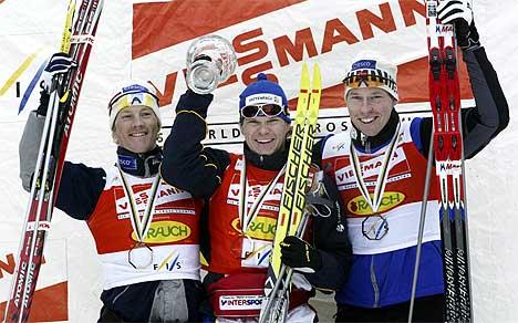 Jens Arne Svartedal jubler for andreplassen i den sammenlagte sprintverdenscupen. Her på pallen sammen med vinneren av sprintcupen Thobias Fredrikston og Haavard Bjerkeli. (Foto: Erik Johansen / Scanpix)