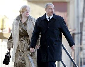 President Putin med kone Ludmila ankommer et valglokale i Moskva for å stemme søndag morgen. (Foto: M.Antonov, AFP)