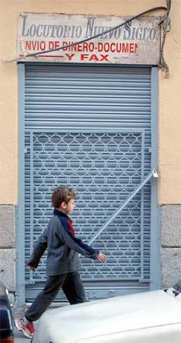Bak denne døra arbeidde to av dei tre marokkanarane som er arresterte etter terror-bombene i Madrid sist torsdag. (Foto: AP/Scanpix)
