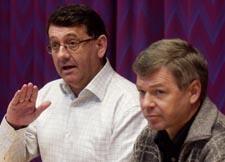 Per-Kristian Foss og Kjell Magne Bondevik holdt pressekonferanse på Jevnaker mandag. (Foto: Erlend Aas, Scanpix)