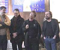 Forfatterne Jo Gjerstad, Gunnar Staalesen, Erling Gjelsvik og Stig Holmås besøkte tannlegeutstillingen denne uken. (Foto: Bergen skolemuseum)