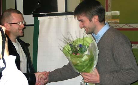 Sigmund Løvåsen (til høyre) gratuleres av Finn Totland fra Samlaget. Foto: NRK