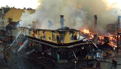 Fleire bygardar brann ned i 7. desember 2002. Foto: NRK.