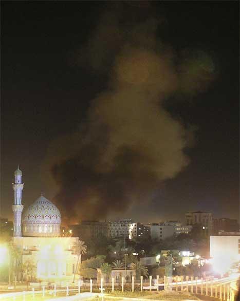Flammane og røyken etter eksplosjonen kunne sjåast frå heile Bagdad. (AP/Scanpix-foto)