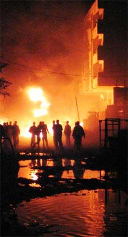 Flammane frå det øydelagde hotellet lyste opp på kveldshimmelen. (Foto: Reuters/Scanpix)