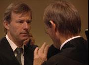 Tiltaltes forsvarer, Frode Sulland, i samtale med aktor i saken, Pål Berg.