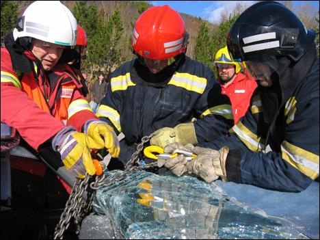 Redningsmannskap fra politi, brannvesen og ambulanse var alle imponert av hvor effektivt bruk av vinsj er. Alle foto: Gunnar Sandvik