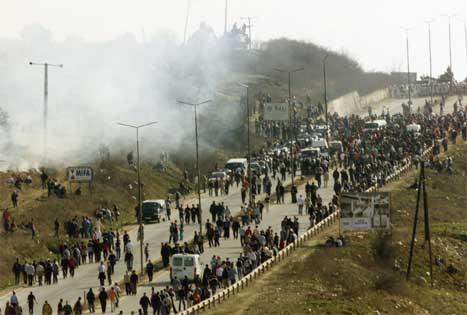 Fleire tusen kosovoalbanarar på veg mot ei KFOR-stilling utanfor Pristina i dag. (Foto: AP/Scanpix)