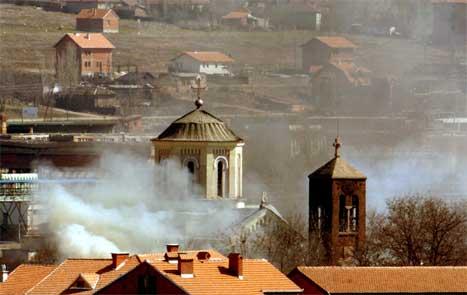 Brennande serbisk-ortodokse kyrkjebygg står i brann over heile Kosovo. (Foto: Reuters/scanpix)
