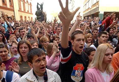 Det var store demonstrasjonar mot det som skjer i Kosovo i Beograd i dag. (Foto: AFP/Scanpix)