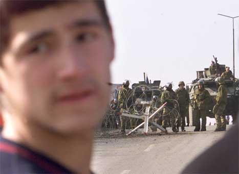 Ein ung kosoalbansk gut like ved ei av sperringane til dei norske KFOR-soldatane. (Foto: Reuters/scanpix)