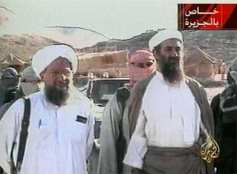 Dette biletet av Osama bin Laden og hans nestkommanderande Ayman Al-Zawahri (t.v.) er frå ein video på Al Jazeera i oktober 2001. (Foto: APTN/AFP/Scanpix)