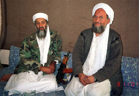 Ayman al-Zawahri, her fotografert sammen med sin leder Osama bin Laden, kan snart være fanget i Pakistan. (Arkivfoto: Reuters/Scanpix)