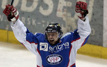VIFs Vegard Barlie jubler etter sin 3-0 scoring for sitt lag i den andre delfinalen mot Storhamar i norgesmesterskapet i ishockey, i Hamar torsdag kveld. (Foto: SCANPIX )