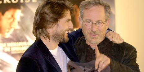 Tom Cruise og Steven Spielberg hygger seg sammen. Foto: Scanpix