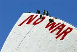Et nei-til-krigen-banner som skal henge på Sydney-operaen blir klargjort (Scanpix/AFP)