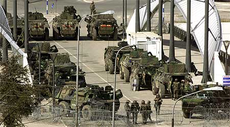 NATO-styrker barrikaderte i går broen som er en viktig skillelinje i den delte byen Mitrovica (Scanpix/AP)