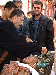 Palestinere bærer bort en drept Hamas-leder (Scanpix/Reuters)