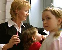 Faste rutiner, som tannpuss, gir barna trygghet.