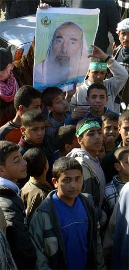 Unge palestinarar demonstrerer i Gaza by. (Foto: AP/Scanpix)
