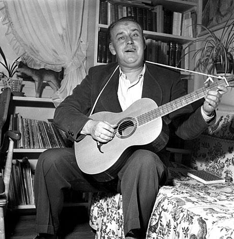 Barnetimeonkelen Alf Prøysen spiller gitar og synger. Foto; Aktuell / Scanpix